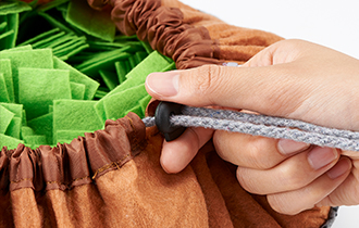 巾着を絞ってサイズ調節可能。