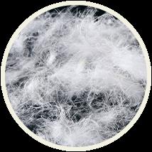 保温性が高く軽量な本物のダウン(羽毛)を90%使用。