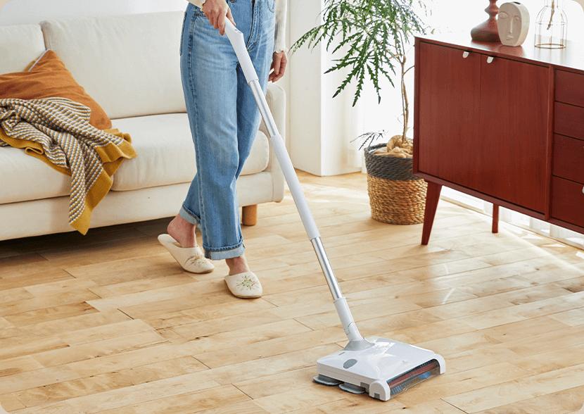 女性の力でもラクに掃き取り&水拭きが一度にできる!特殊振動で99%以上の雑菌を除去できる電動モップ。