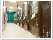 三春シェルターは、店舗跡を利用し、比較的広い個室になっています。