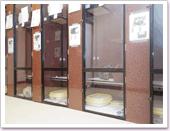三春シェルターは、店舗跡を利用し、比較的広い個室になってます。