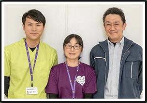 左から職員の塩田さん、山本さん、次長の手塚さん